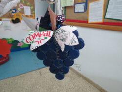 Cacho de uvas elaborado com tampinhas,  embalagem compal e arame.