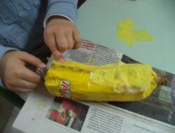 Colagem de papel de seda na banana
