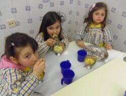 No final sugerimos às nossas educadoras fazer uma salada de fruta que comemos ao almoço.