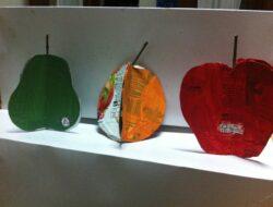 Apresentação de alguns frutos construídos pelos alunos. Em destaque os símbolos FSC e tratraPak.