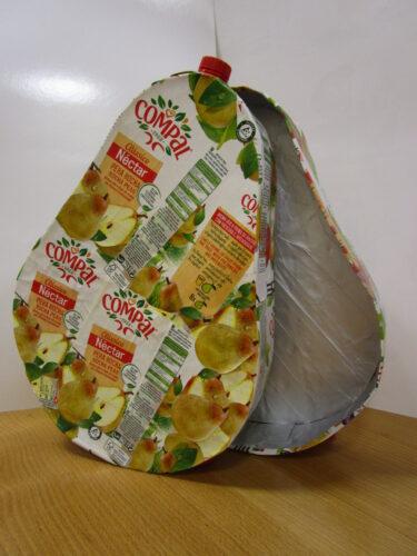 O fruto está construído - uma pera rocha em forma de caixa em cujo interior se guardam os acessórios, o livro e os jogos.
