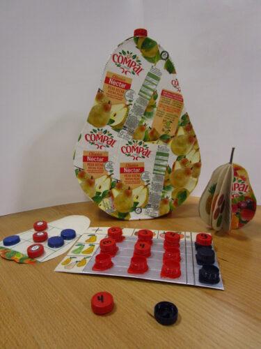 O fruto (pera rocha) com os acessórios - jogos e livro.