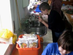 Um grupo de alunos procede à lavagem, separação e secagem, e corte das embalagens. Durante a lavagem, os alunos retiram as tampas e colocam-nas num garrafão para posterior entrega a uma instituição.